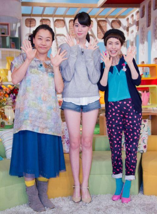 三吉彩花の足